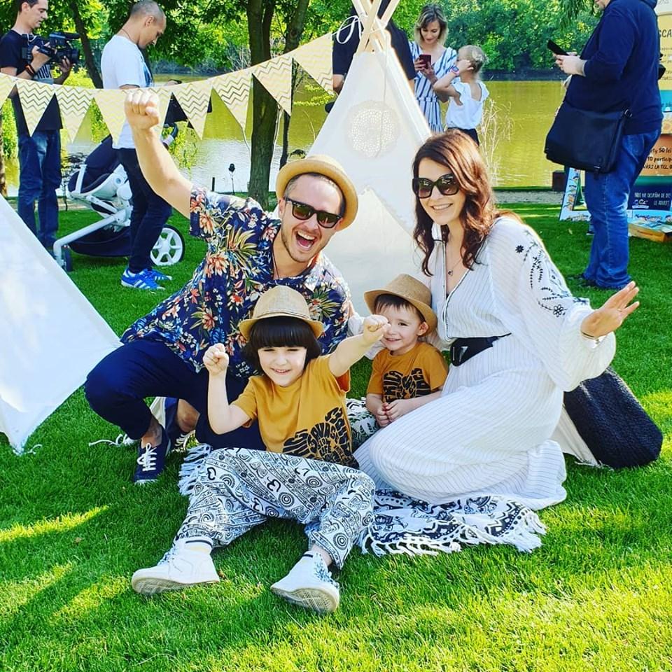 Șerban Copoț, alături de frumoasa lui soție și cei doi băieți pe care îi au împreună. Sursa foto: Facebook