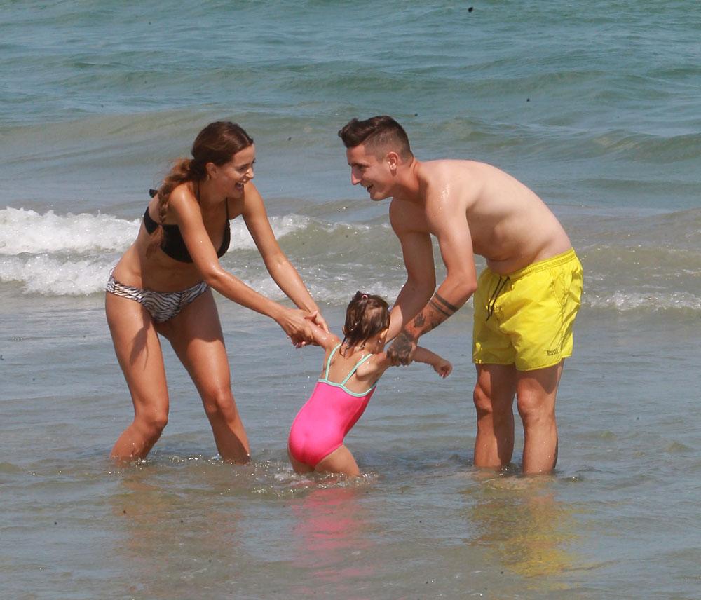 Bianca și Steliano se joacă în apă cu micuța lor, Anais