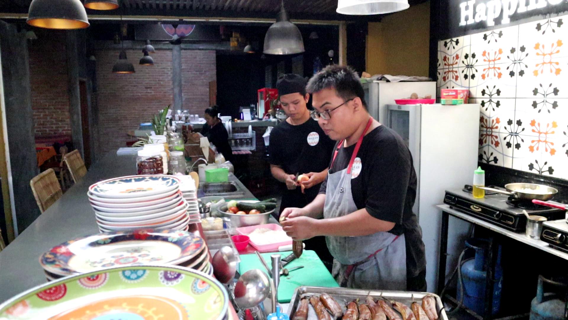 Angajati din Bali care pregatesc mancare balcanica