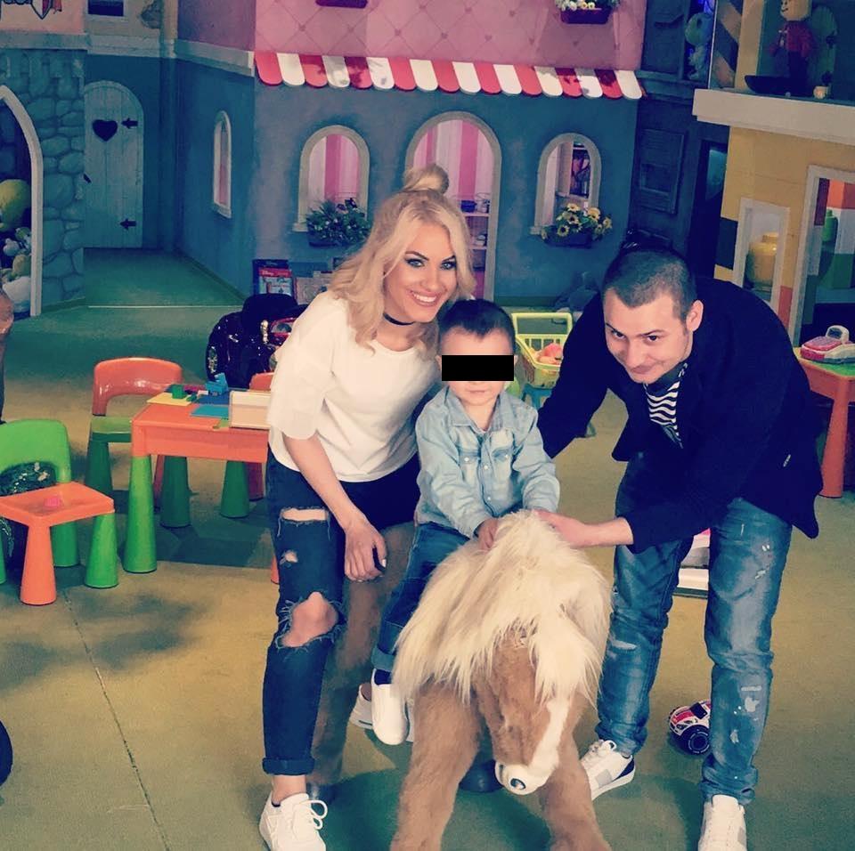 Amna împreună cu fostul soț și micuțul David, la un loc de joacă
