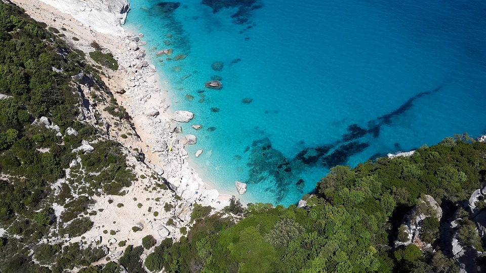 Un cuplu din Franța a furat nisip de pe o plajă din Sardinia și riscă 6 ani de închisoare © pixabay.com