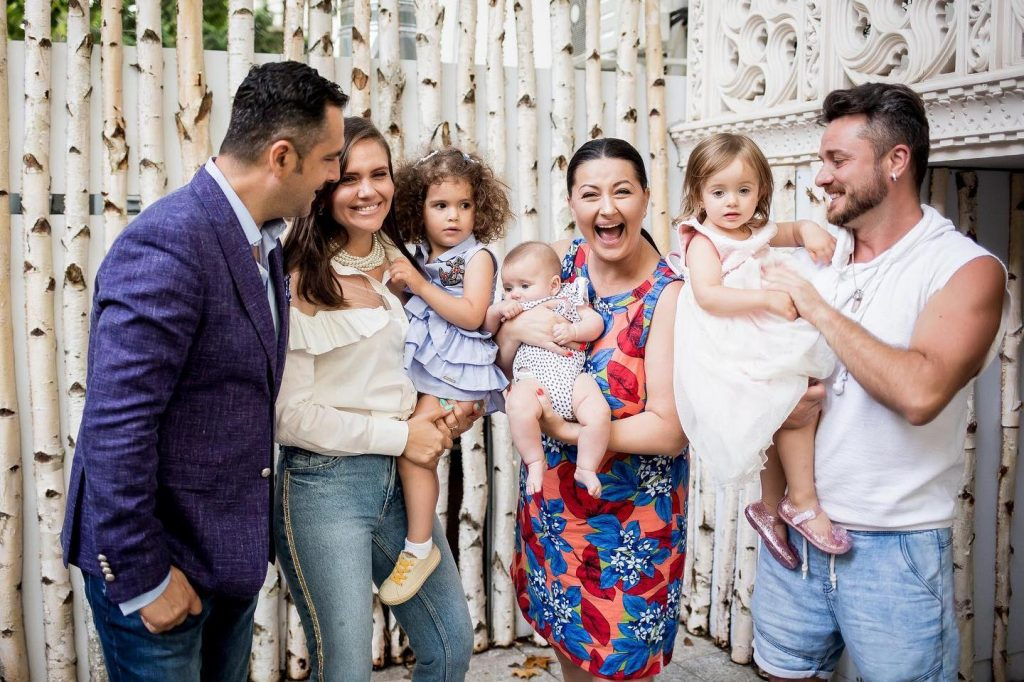 Mădălin Ionescu, soția lui și fiica pe care o au împreună alături de Gabriela Cristea, Tavi Clonda și cele două fetițe ale cuplului © Facebook
