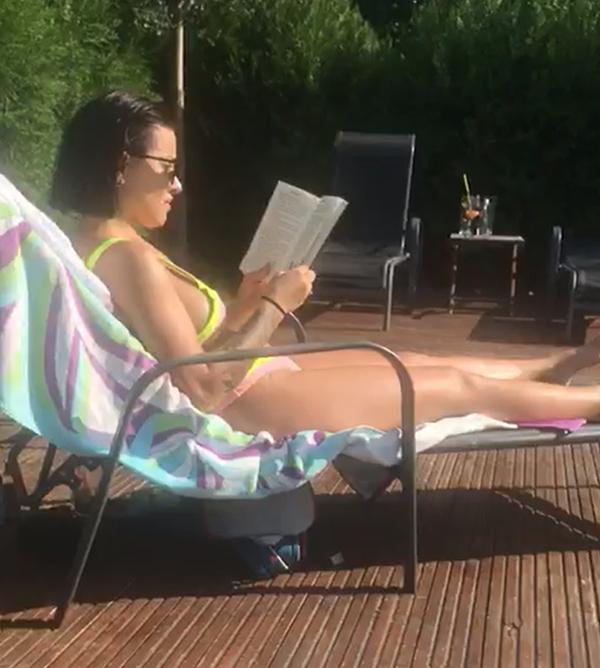 Nicoleta s-a relaxat la piscină citind o carte