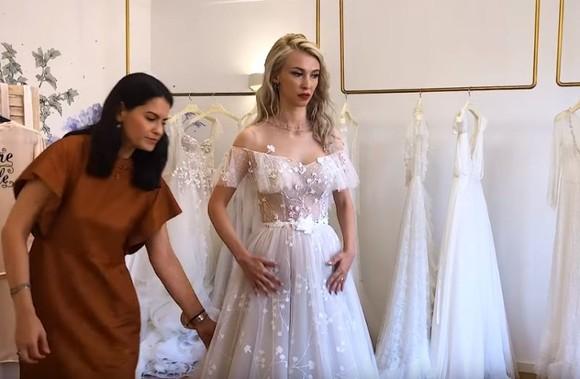Cum arată Andreea Bălan în rochie de mireasă. Cântăreaţa se căsătoreşte azi cu George Burcea. FOTO