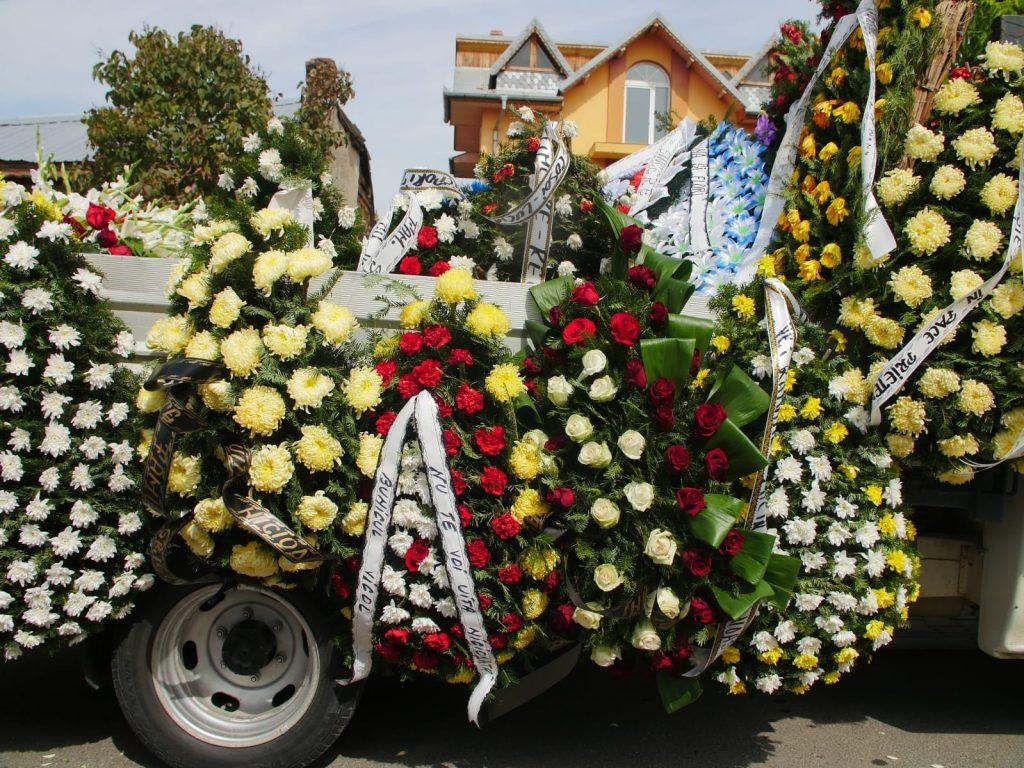Numeroase mașini au fost încărcate cu zecile de coroane aduse de cei care l-au iubit pe Dany Vicol © CANCAN.RO