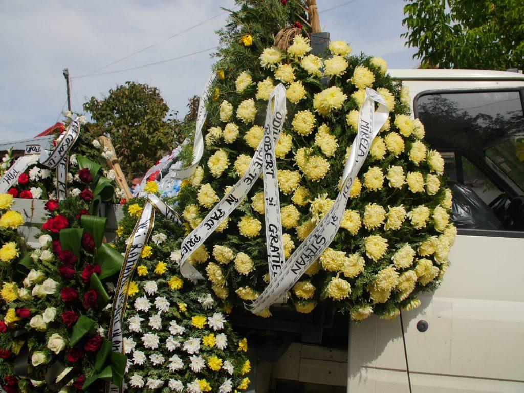 Numeroase mașini au fost încărcate cu sutele de coroane aduse de cei care l-au iubit pe Dany Vicol © CANCAN.RO