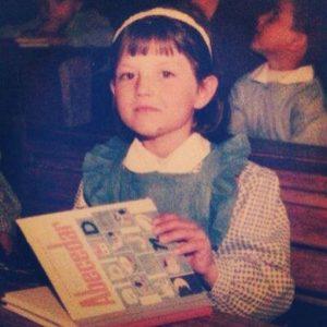 Elena Gheorge copil, cu abecedarul in mana