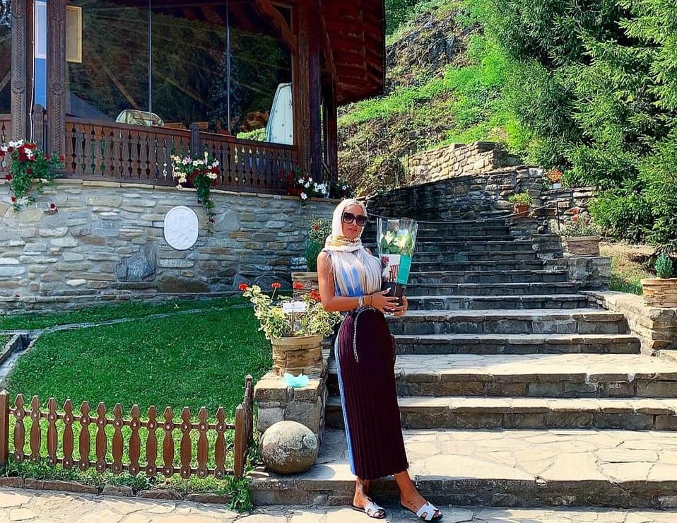 Loredana Chivu, la Mănăstirea Prislop – locul în care este înmormântat Arsenie Boca © Facebook