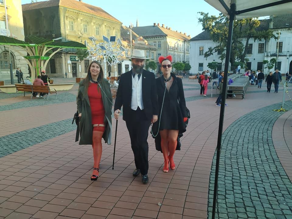 Imagini șocante în centrul Timișoarei! Un bărbat a ieșit la plimbare cu două femei ținute în lesă