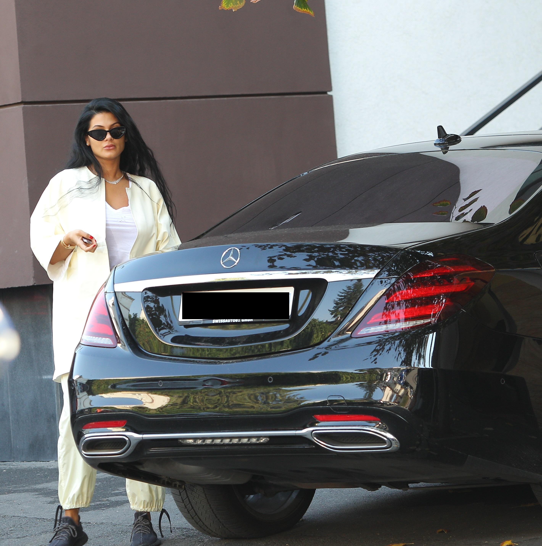Roxana Dobre, apariție de revistă: Mercedes top, ochelari Christian Dior (450 €) & adidași Yeezy Boost (2.400 €), bijuterii de aproximativ 19.500 de euro