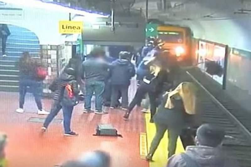 """Cazul """"Magdalena Șerban"""" s-a repetat! O femeie a fost împinsă în fața metroului"""
