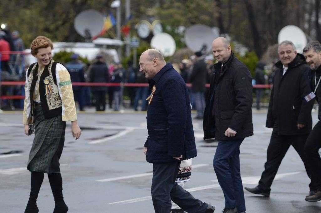 Traian Băsescu, unul dintre nepoți și fiica sa, Ioana, surprinși cu câteva minute înainte de a începe parada militară de 1 Decembrie din București © CANCAN.RO