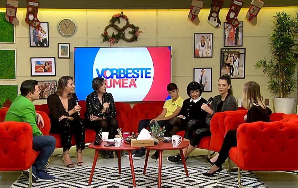 """Neti Sandu, alături de strănepoții și nepoatele ei, dar și cu prezentatorii emisiunii """"Vorbește Lumea"""" © Pro TV"""
