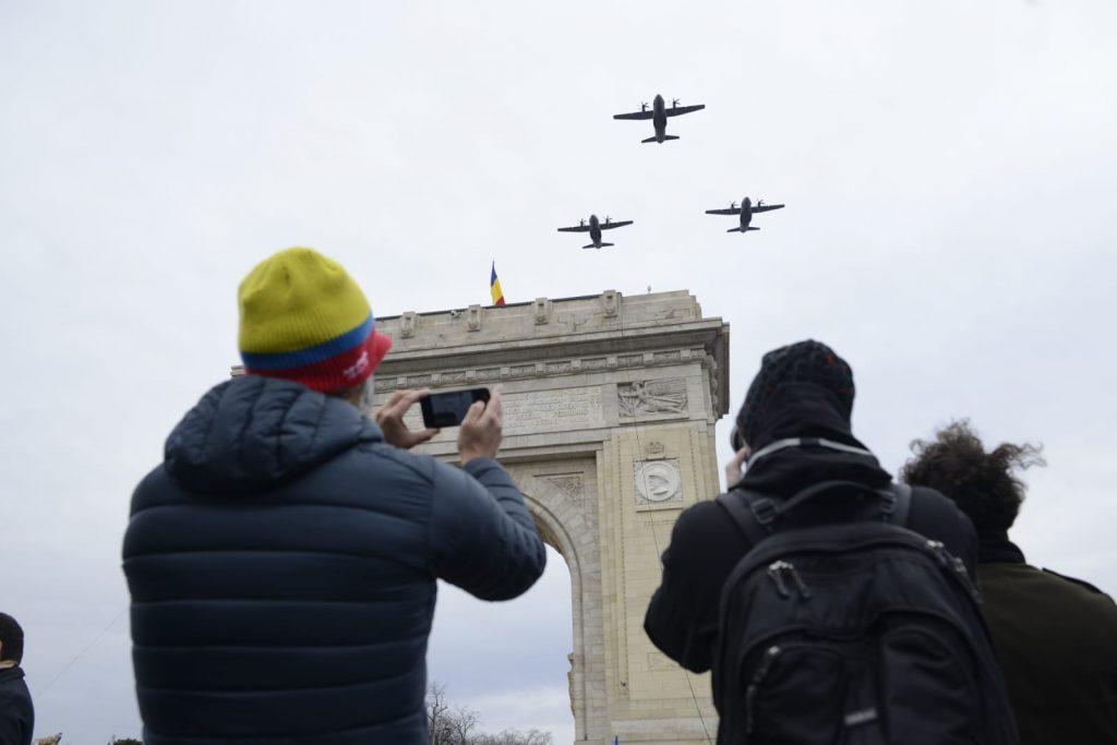 Parada militară națională de 1 Decembrie din București a fost deschisă și anul acesta de aviația militară © CANCAN.RO