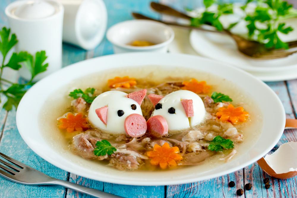 Piftie rețete- Piftie de pui ornată cu ouă