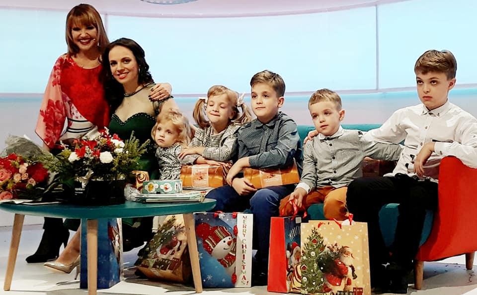 Marina Almășan și Raluca Blejușcă împreună cu cei cinci copii © TVR 1