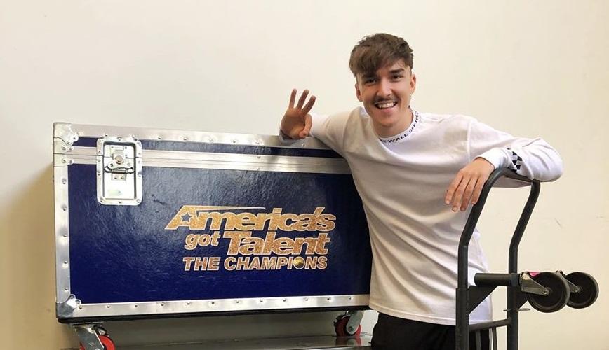 """La finalul anului trecut, excentricul coregraf a fost plecat peste Ocean, pentru că a participat la filmările noului sezon de la """"America's Got Talent"""" © Facebook"""