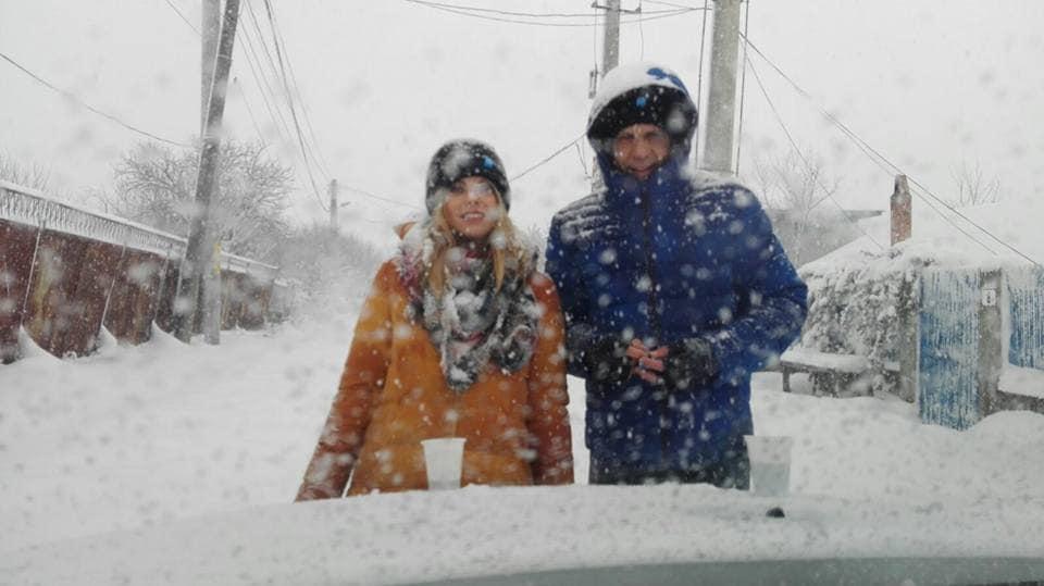 Roxana Hulpe, unul dintre reporterii de la Pro TV, alături de Gabriel Creţean, în timpul unei misiuni dintr-o zonă afectată de ninsori © Facebook