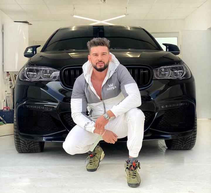 Dorian Popa, în garajul vilei pe care și-a construit-o la marginea Bucureștiului. El este tare mândru de locuință, dar și de bolidul pe care îl deține © Facebook