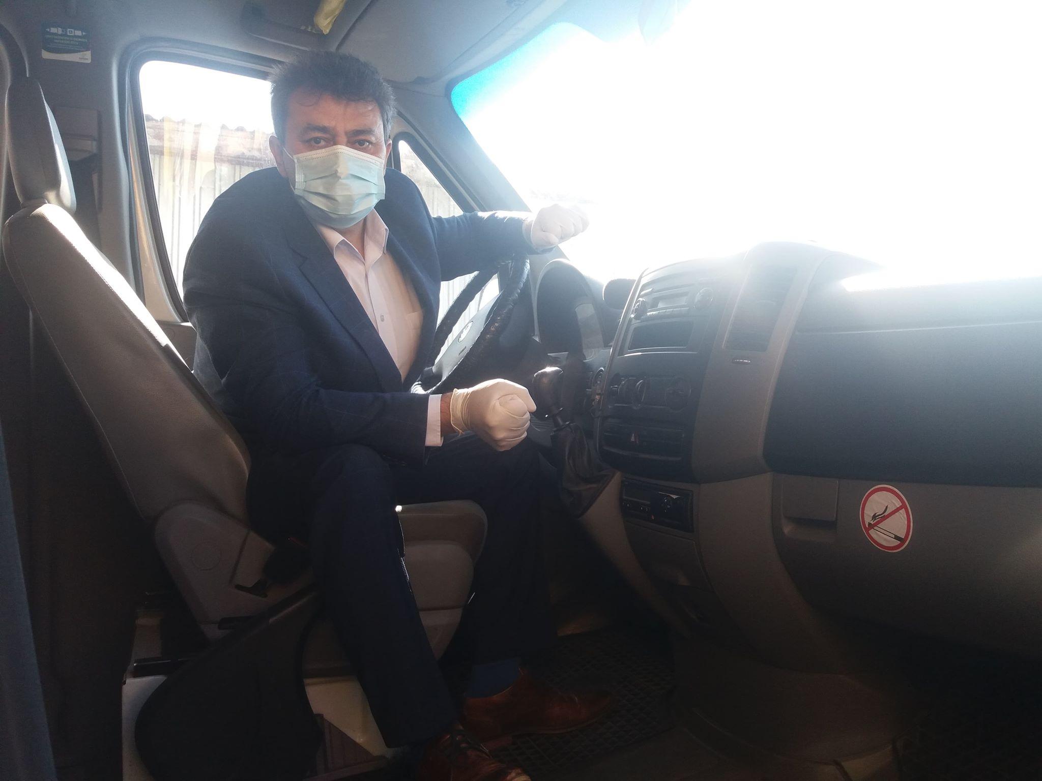 Primarul din Deveselu este și șofer pe microbuzele instituției