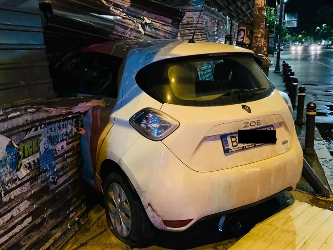 Mașina implicată în incident s-a oprit într-un panou de protecție