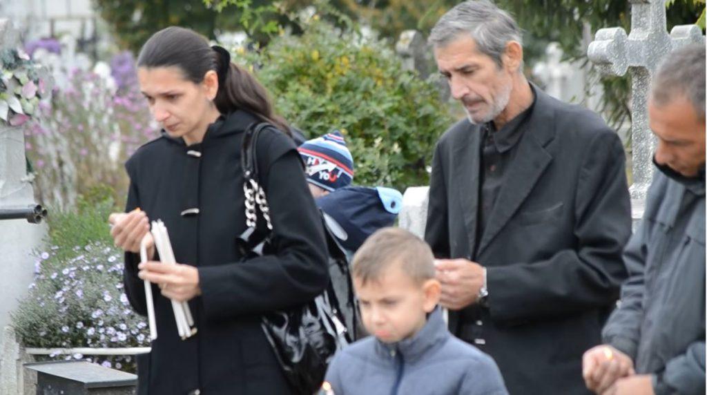 Alina și tatăl său, Emil Gabor, la ceremonia religioasă de 40 de zile a Veronicăi Bulai. Slujba a fost oficiată pe 30 septembrie 2013 © ziaruldegarda.ro