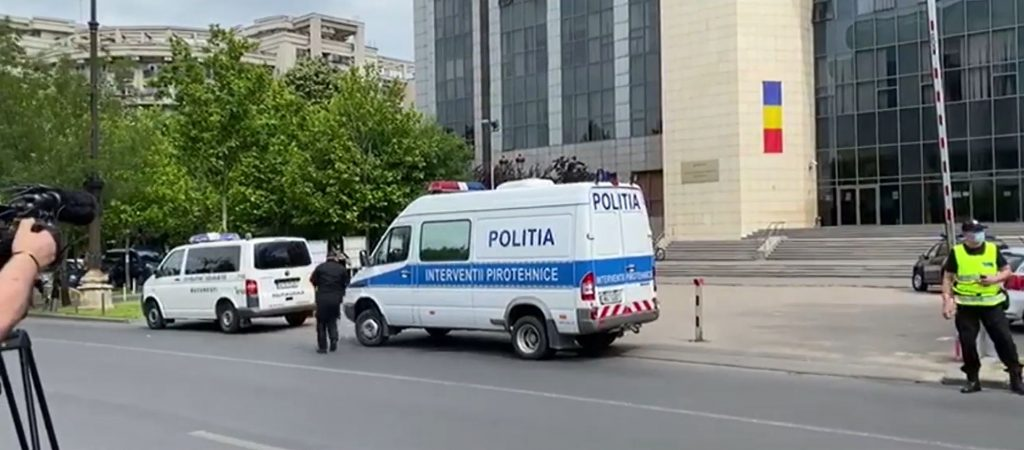 Imagini din fața Tribunalului Bucureșt, unde s-a dat o alertă cu bombă © observatornews.ro
