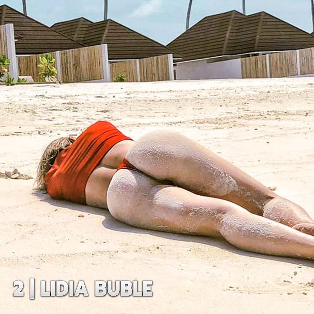 În vârstă de 27 de ani, Lidia Buble se numără printre cântărețele de la noi care s-au fotografiat în costume de baie sexy pe plajă, acoperite cu nisip
