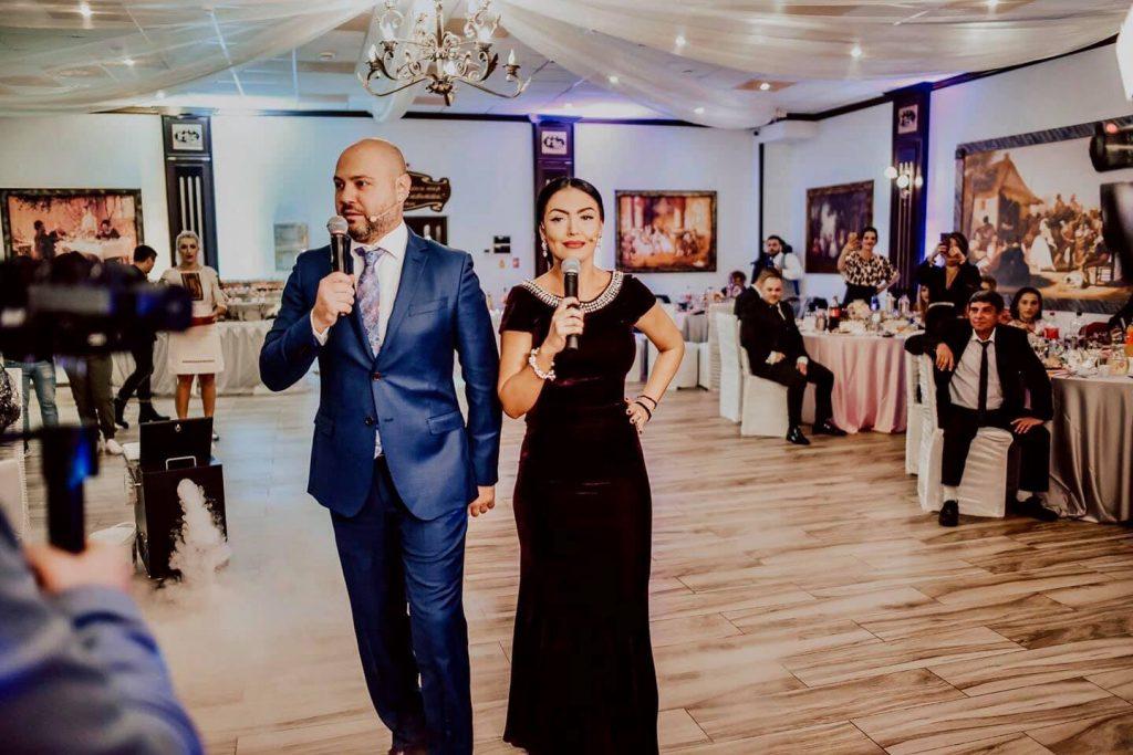 """Mihai Mitoșeru prezintă împreună cu Andreea Mantea emisiunea """"Se strigă darul"""" care este difuzată la Kanal D© Facebook"""