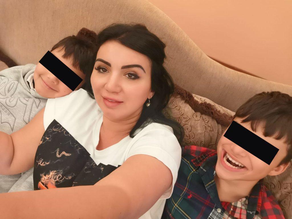 Adriana Bahmuțeanu, alături de cei doi băieți pe care îi are din mariajul cu Silviu Prigoană. Eduard are 10 ani (în stânga mamei sale), iar Maximus este cu trei ani mai mare (în dreapta fostei prezentatoare) © Facebook