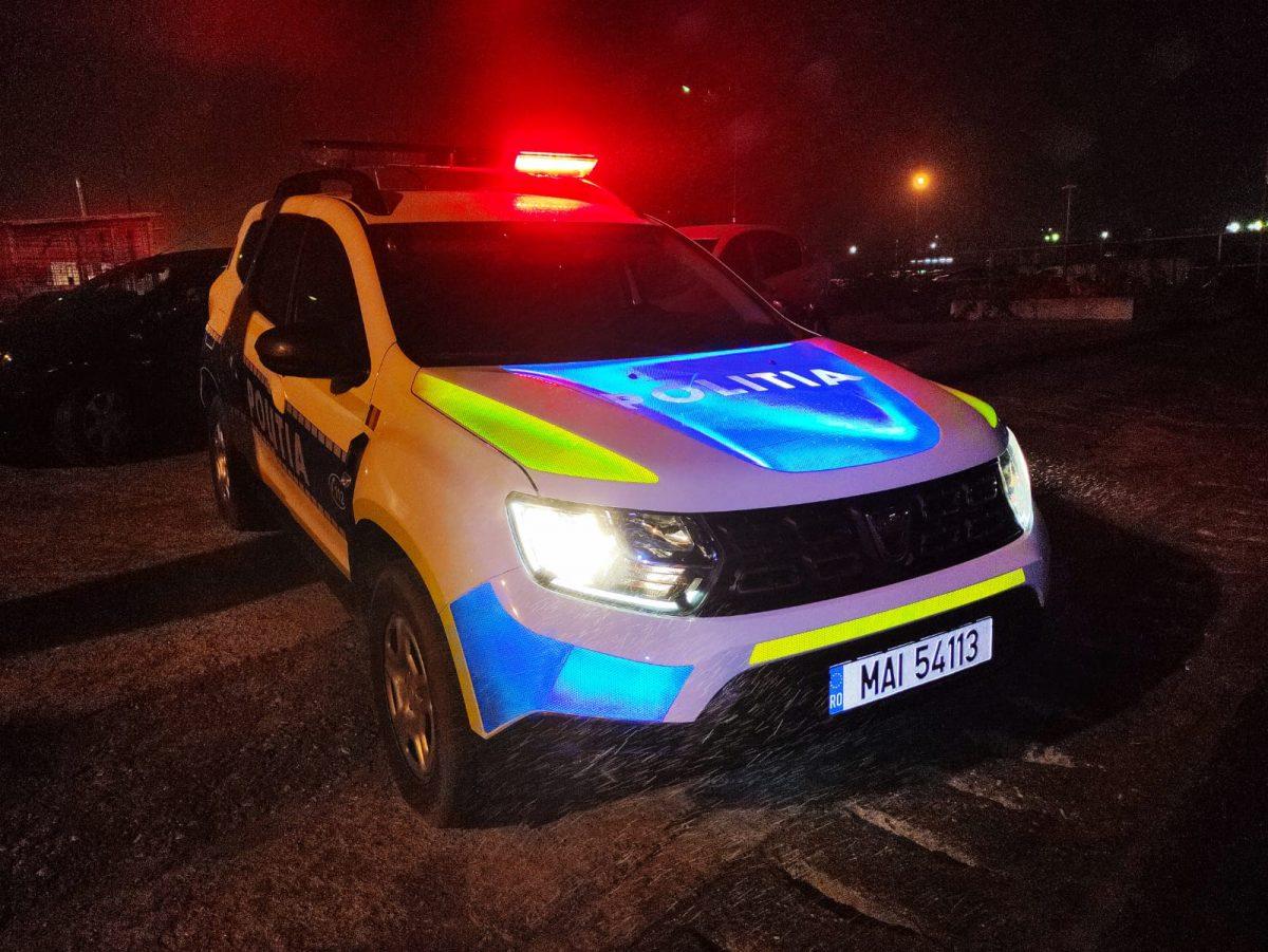 Un bărbat din Argeș s-a urcat băut și fără permis la volanul mașinii cu numere false, apoi s-a oprit direct într-un tractor