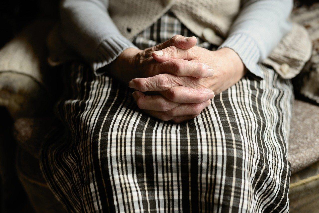 O pensionară din Galați a comandat un telefon de 6.700 de lei. Ce a găsit de fapt femeia în cutie - Cancan.ro