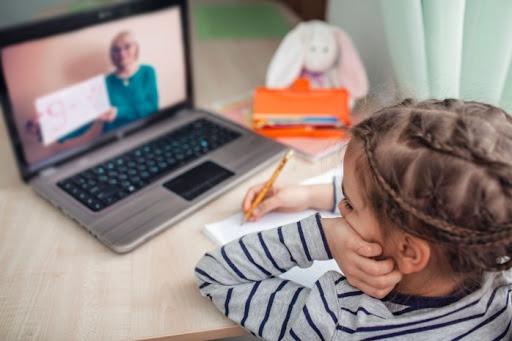 Cum a reușit o fetiță de opt ani să scape de cursurile online! Trucul folosit a impresionat pe toată lumea