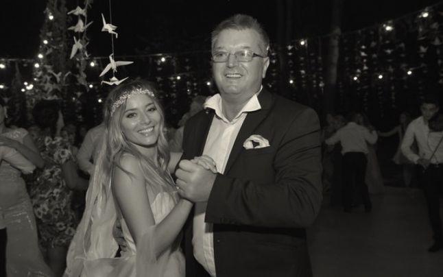 Laura Cosoi, dansând cu tatăl său la nunta cu partenerul ei de viață, Cosmin Curticăpean © Facebook