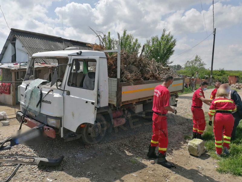 Șoferul autoutilitarei a fost agresat de rudele copilului mort și de vecinii acestuia, la scurt timp după ce s-a produs accidentul teribil © presasm.ro