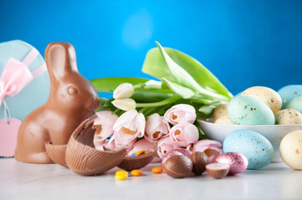 Un iepuraș cu botic alb… A venit la voi în prag… Să vă aducă un ou roșu… Care să vă umple coșul… Ciocniți?… Hristos a Înviat! ©pexels.com