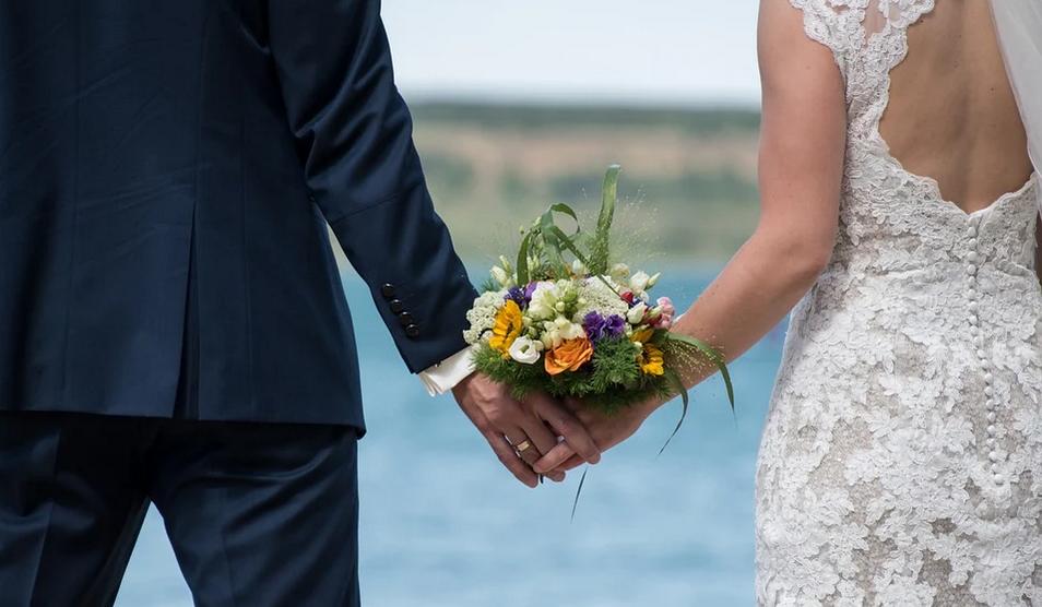 Un ginere din Botoșani a aflat în ziua nunții că este infectat cu COVID, dar petrecerea nu a fost anulată. Cum s-a desfășurat dansul mirilor